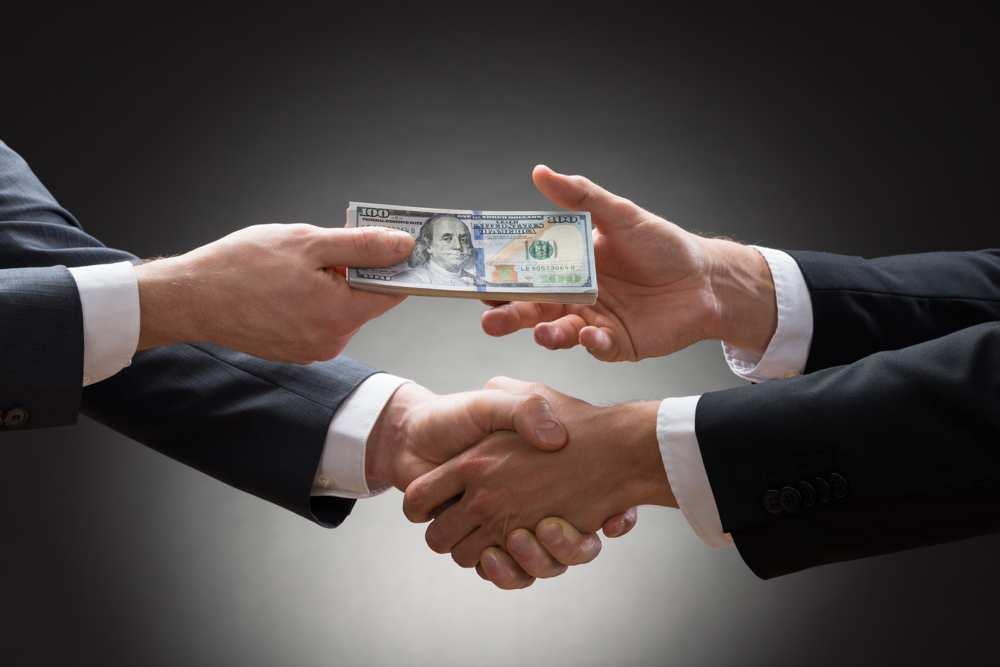рукопожатие и передача денег