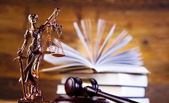 Статуетка и молоток судьи