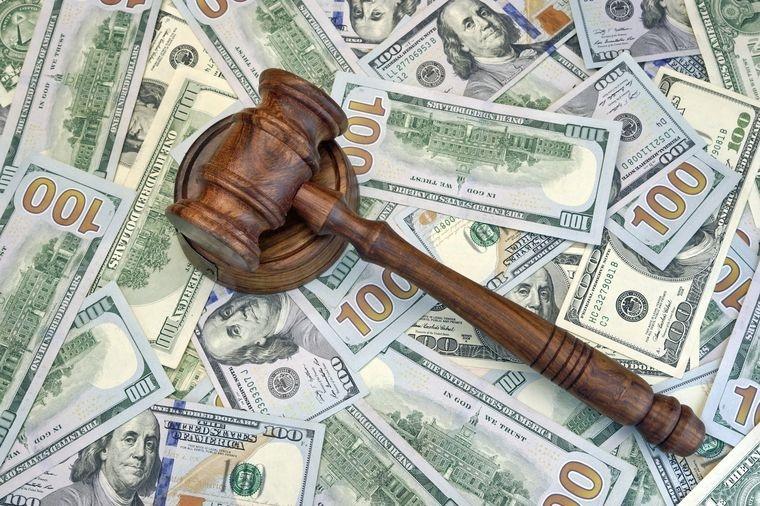 деньги и молоток судьи